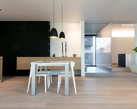 Moderne woning met parket in leefruimte en slaapkamers
