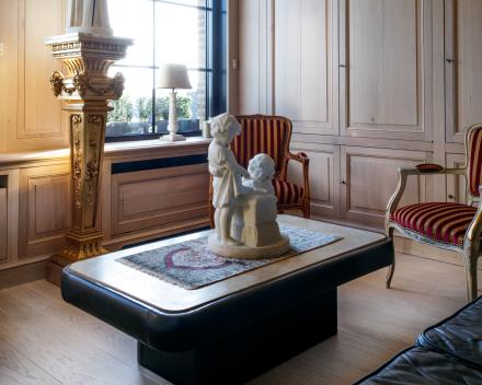 Zithoek in massief Franse eiken plankenvloer / 22mm dikte met Tand en Groef / Plankbreedte 22cm / V-voeg aan langszijden / geborsteld en geoliede afwerking (Brut Look)
