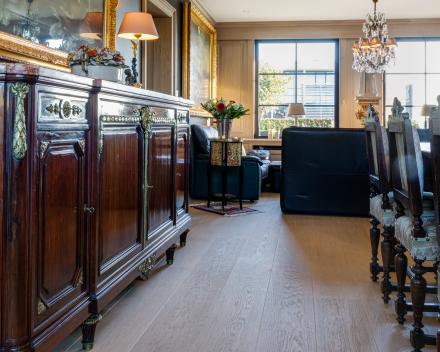 Leefruimte in massief Franse eiken plankenvloer / 22mm dikte met Tand en Groef / Plankbreedte 22cm / V-voeg aan langszijden / geborsteld en geoliede afwerking (Brut Look)