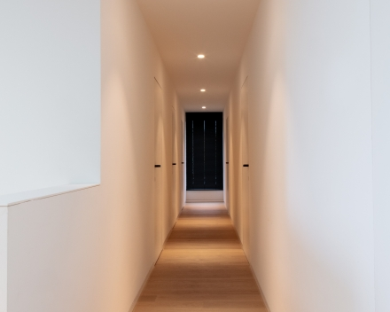 Moderne woning met parket in leefruimte en op de volledige bovenverdieping