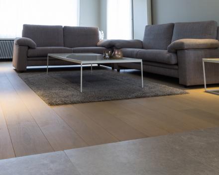 Project Sint-Eloois-Winkel: Half-massieve Franse eik in 1bis / 20cm breed / V-voeg / licht grijs-bruin (olie)