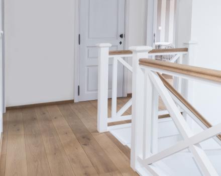 Project Rollegem-Kapelle: Half-massieve Europese eik in Rustiek A / 16cm breed / V-voeg / licht grijs-bruin (olie)
